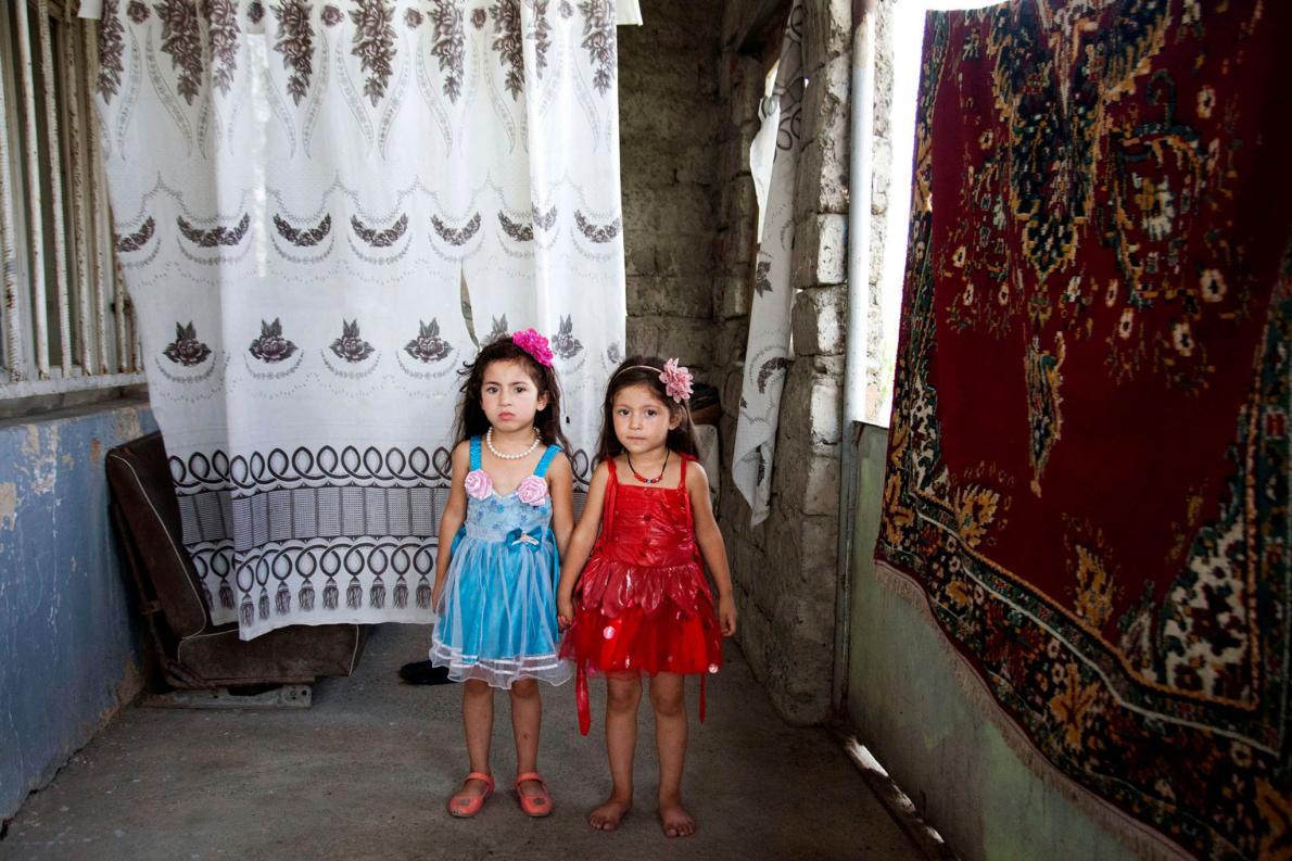 Близнецы Моника и Лаура живут в Кахетии. Они родились, когда их матери было всего 14 лет.