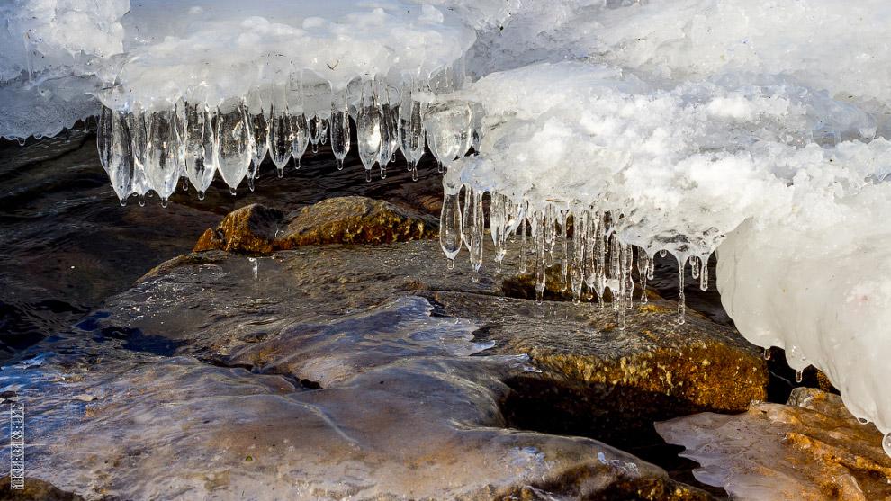 14. Капельки в полёте иногда успевают замерзать, падая смерзаются с другими, образуя на камнях