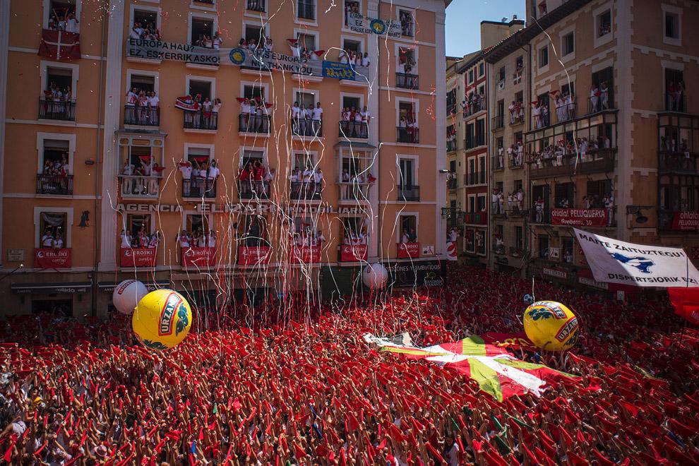 Начало фестиваля знаменуется совестным потреблением и обливанием красным вином. И в этом испанцы зна