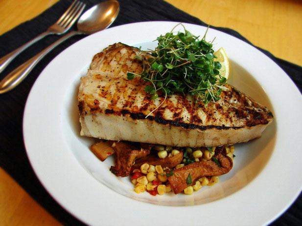 8. Рыба В тунце, палтусе и креветках не только много витамина В6, но и имеется триптофан, который уч
