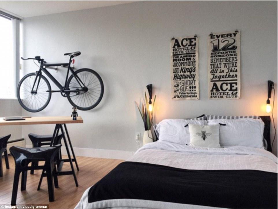 Еще одно классическое решение для небольших квартир — хранить велосипед на стене.