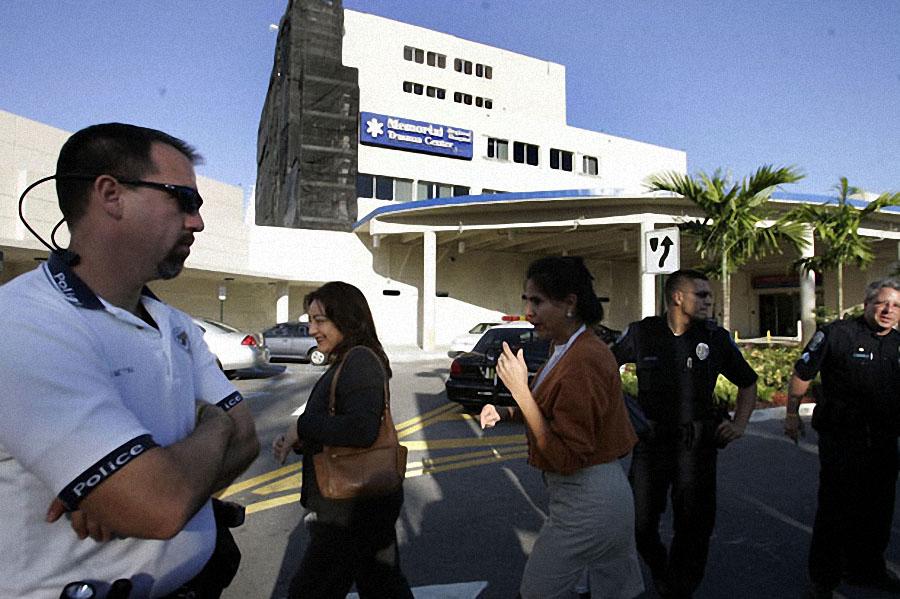 Полицейские у больницы, куда забрали Анну Николь Смит, 8 февраля 2007 года в Голливуде. Смит упала в