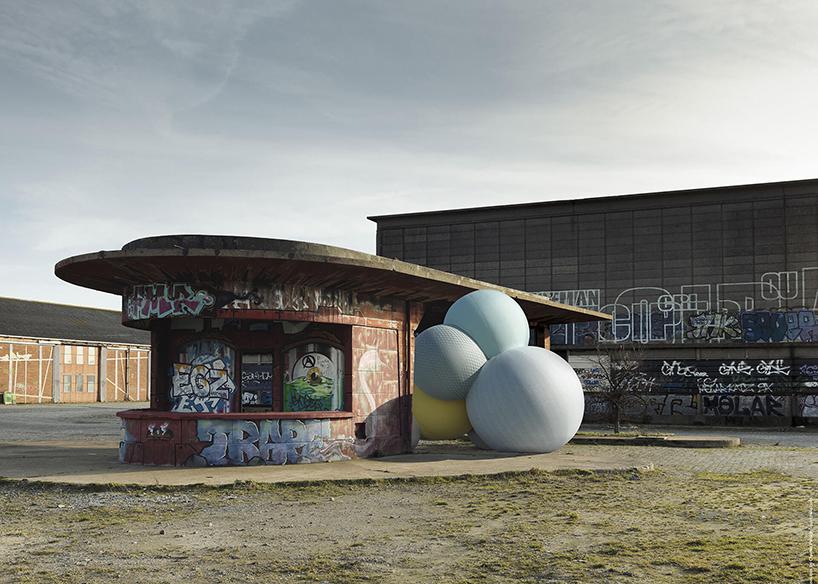 Связка огромных шаров на Milan Design Week 2017 (9 фото)