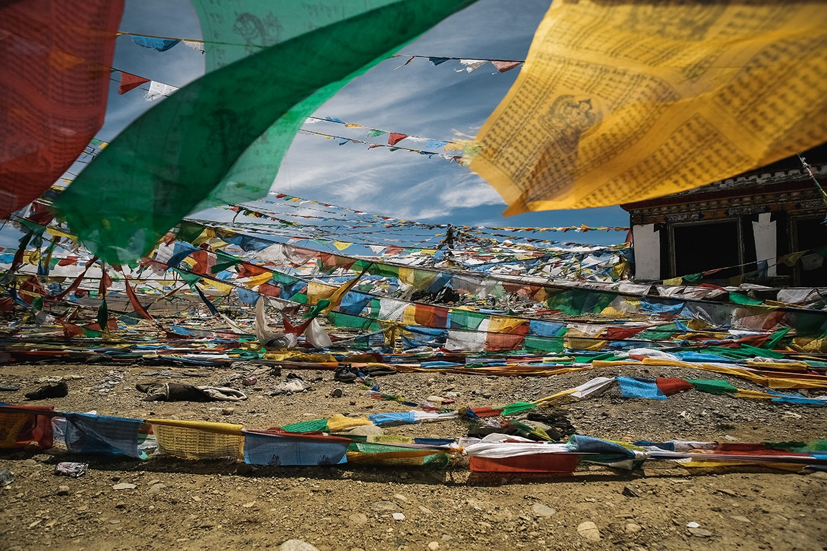 4. На некоторых перевалах мы видели много старой одежды. У тибетцев есть такая традиция – оставлять