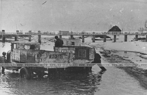 Движение автомашин на трассе, доставляющих грузы для Ленинграда, несмотря на оттепель. 12 апреля 1942 г.