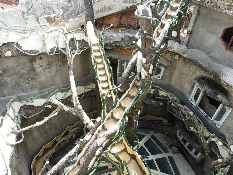 Лестницы и переходы отеля «Crazy House»