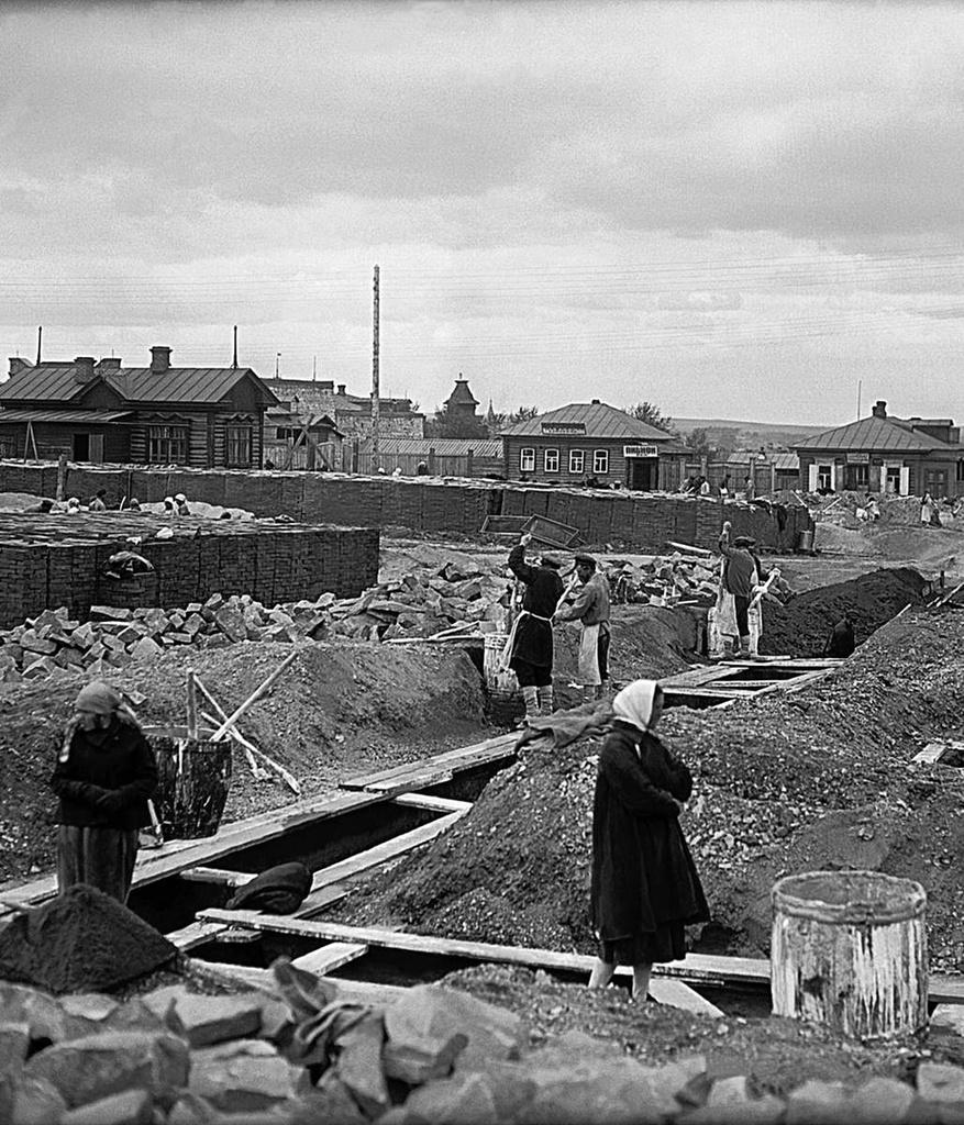 1927. Челябинск. Постройка жилых домов на бывшем конном базаре близ костела. Рабочие за гашением извести в творилах