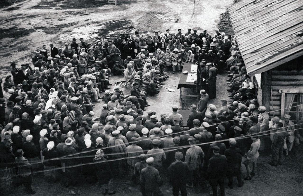 Миасс. Общее собрание трудящихся прииска, посвященное подписанию Стокгольмского воззвания о запрещении атомного оружия