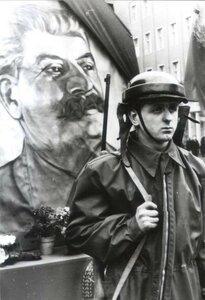 Берлин. Траурный караул перед портретом Сталина на Шталин-аллее. 7 марта