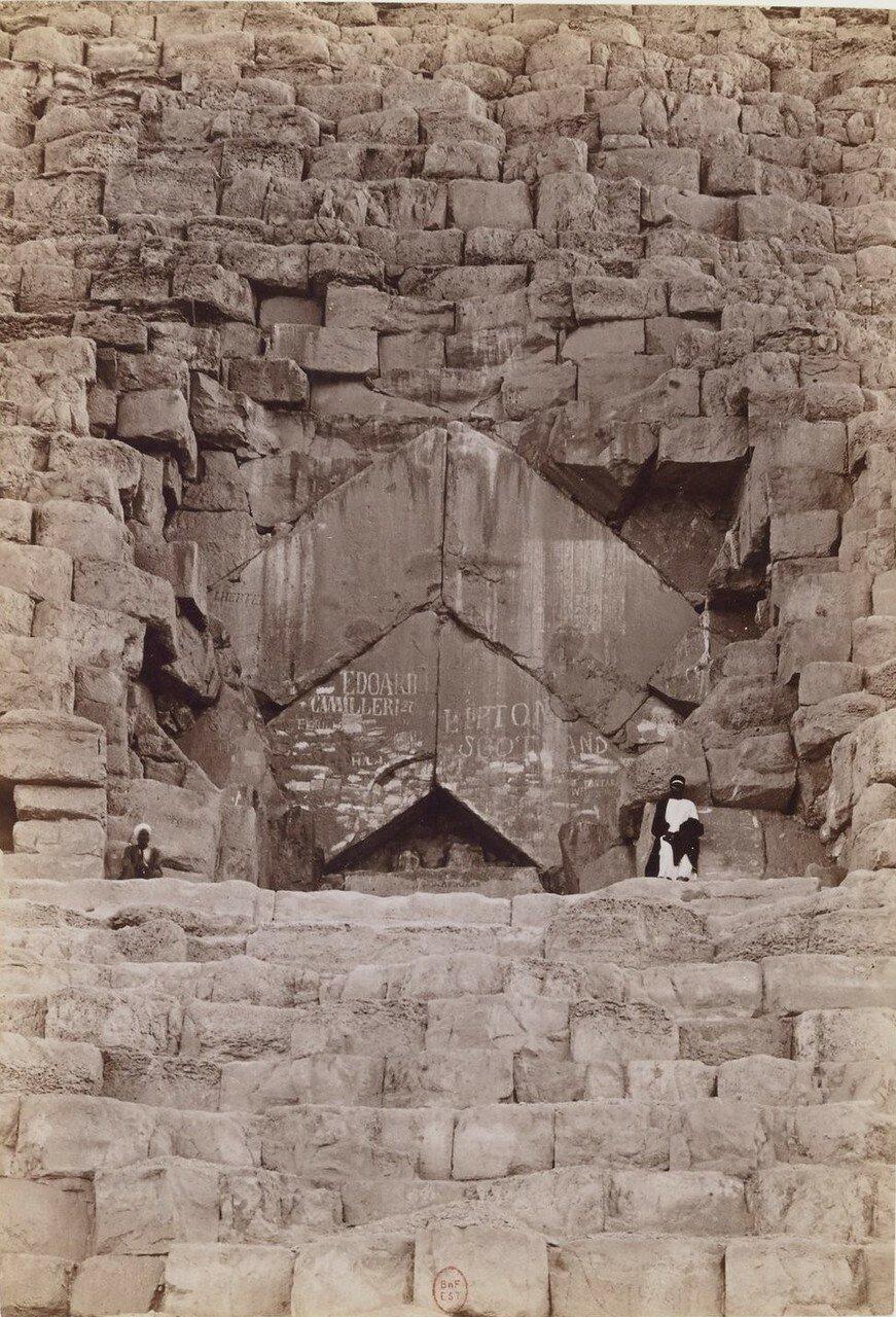 Гиза. У входа в пирамиду