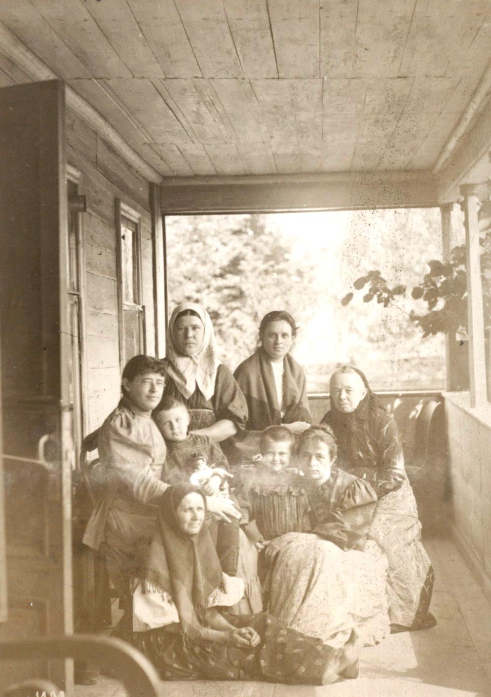 Семья Мяздриковых на веранде дома.  сер. 1890-х