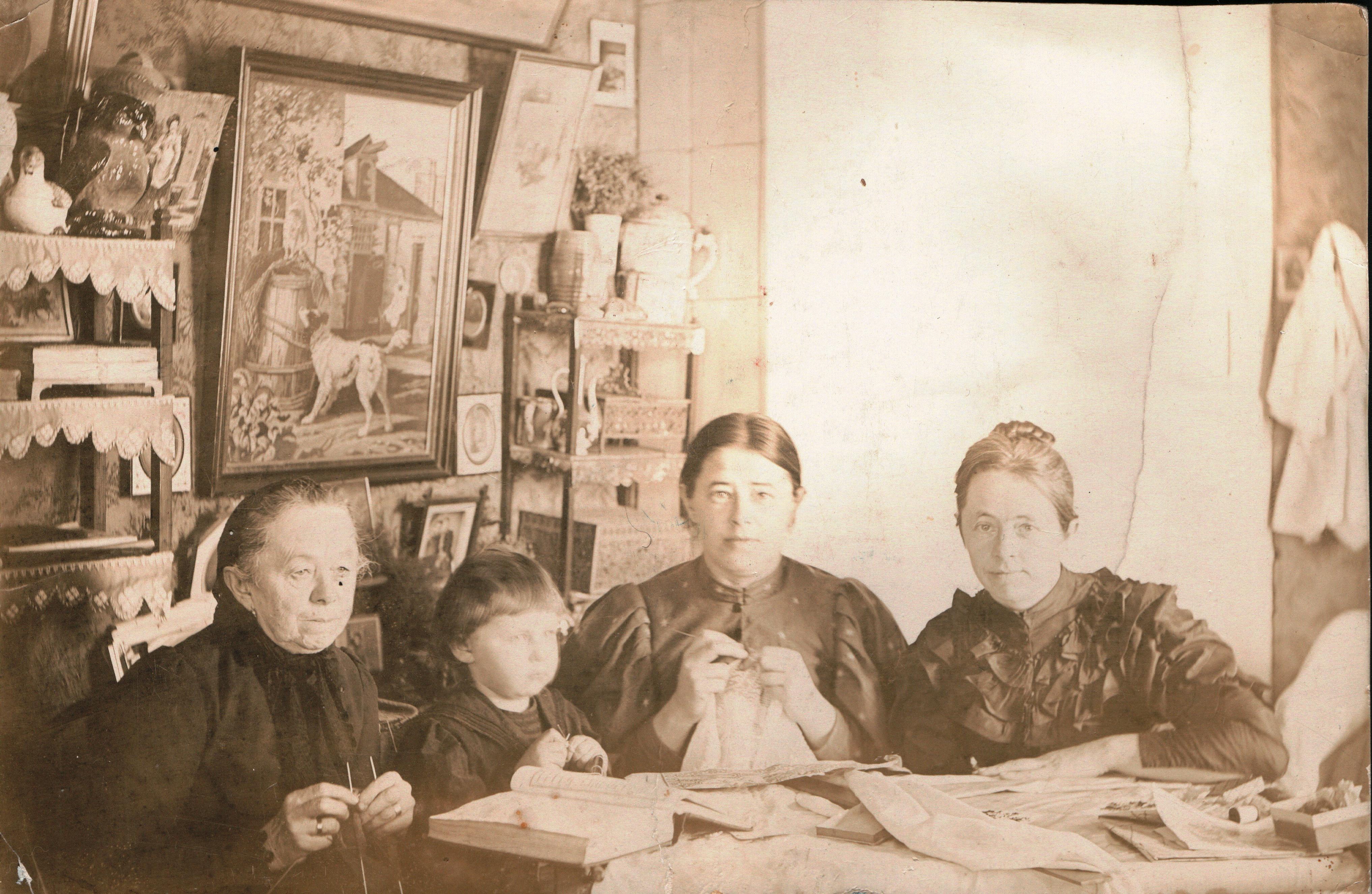 Семья Мяздриковых в интерьере комнаты. 1910-е