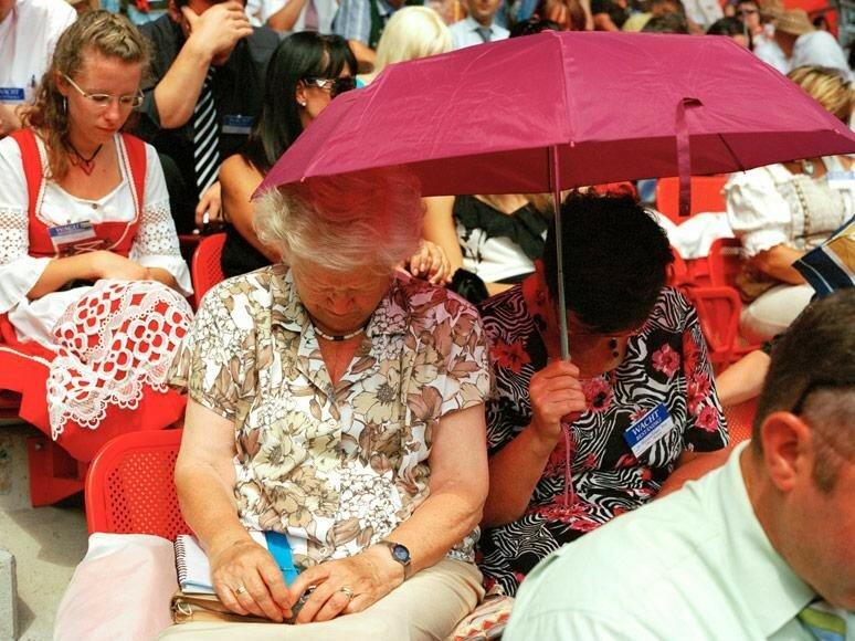 Съезд секты Свидетелей Иеговы на стадионе в Вене