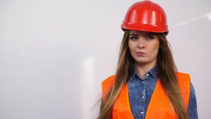 Женщина-алкоголичка и фотографии женщины в строительной каске