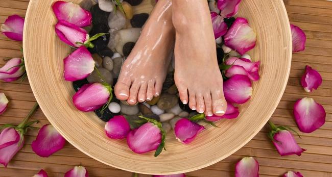 © sovets  Чтобы дать отдохнуть гудящим после долгого дня ногам, погрузите ихсначала вгорячую