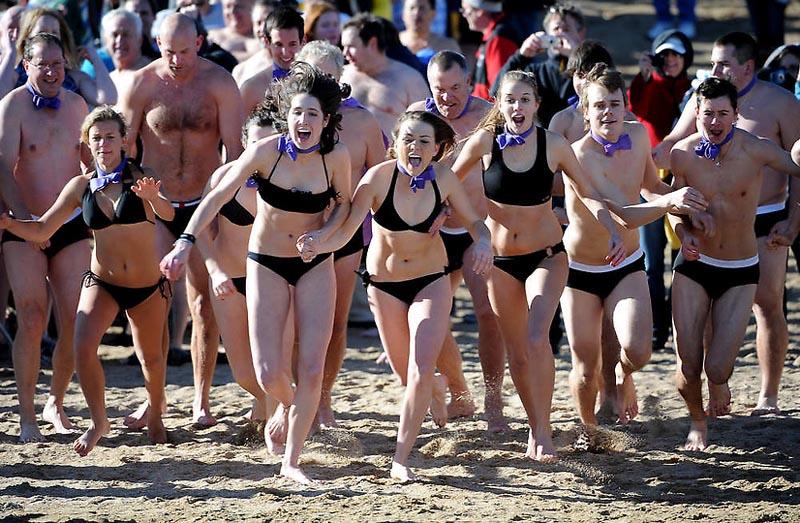 5. Представители команды Hamhock несутся со всех ног к холодной воде. Эта команда из Боулдера каждый