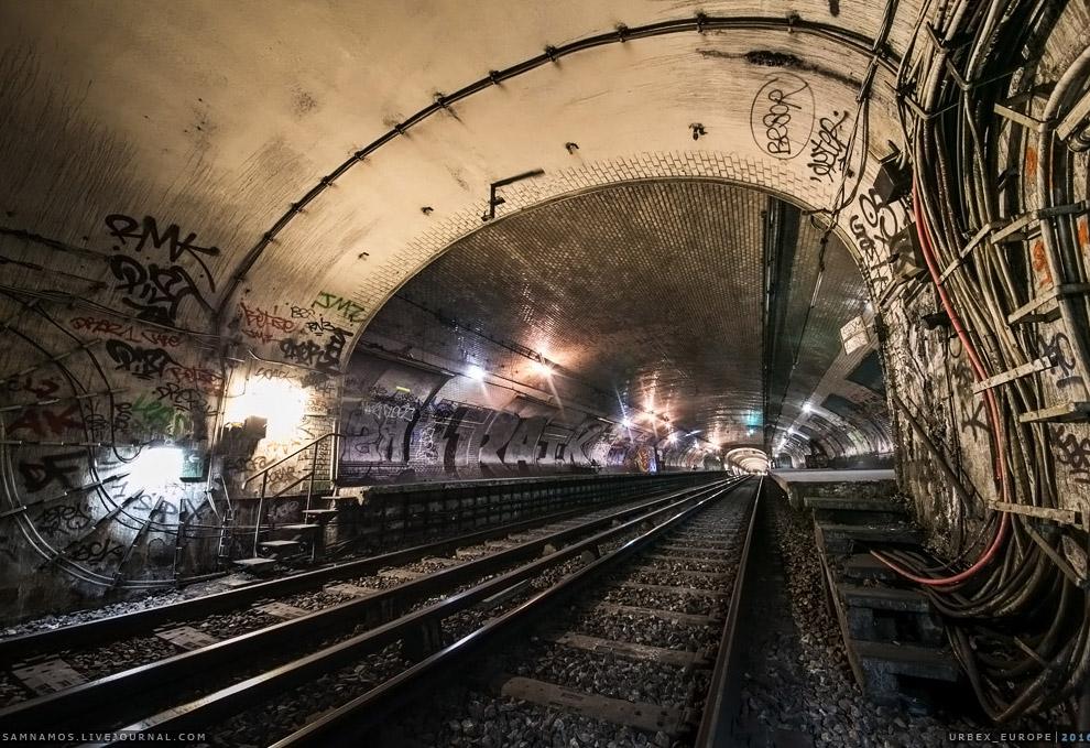 12. Станция Croix-Rouge расположена в 6-м округе Парижа, между станциями Sevres — Babylone и Ma