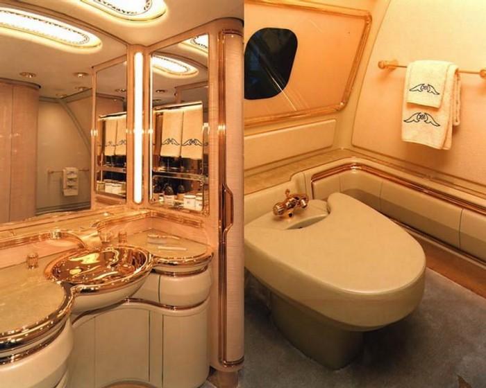 Султан разместил в салоне гостиную, спальню и ванную, использовав в оформлении комнат золото. Султан