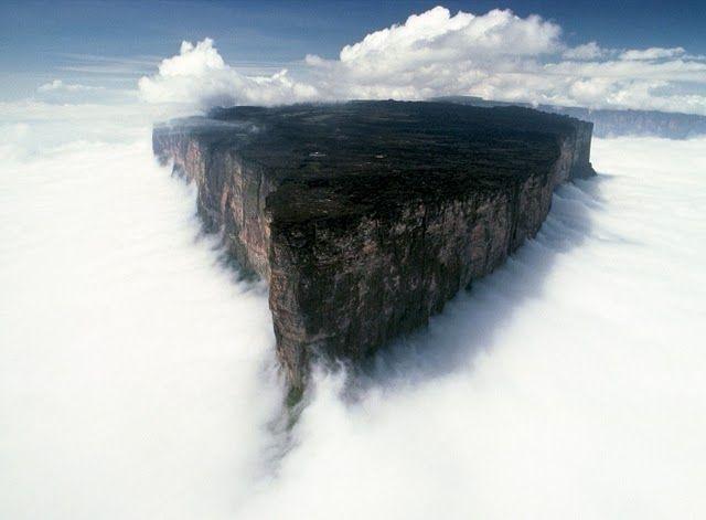 Горы эти, со своеобразными вертикальными склонами и плоскими вершинами, — одни из самых древни