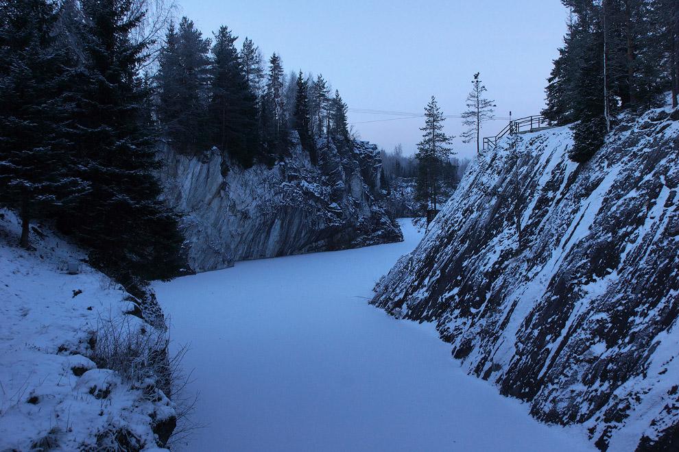 26. Зимой тут не так интересно: красивый мраморный рисунок частично спрятан под снегом, изумруд