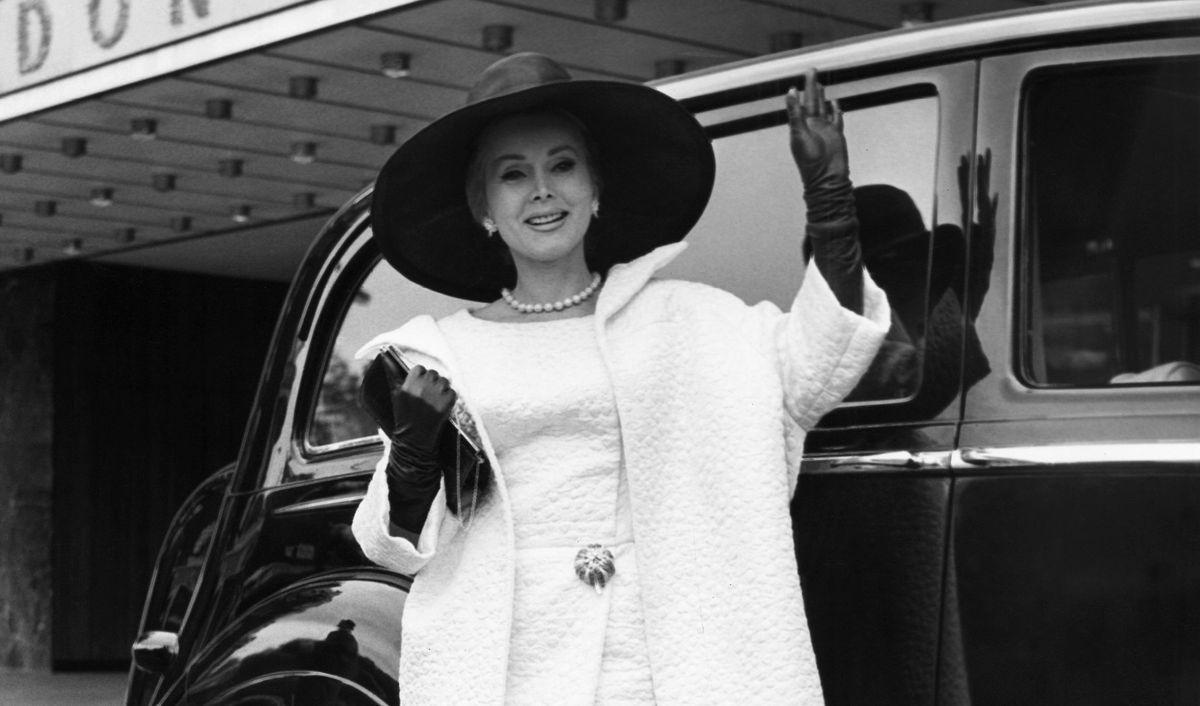 Жа Жа Габор выходит из отеля Hilton в Лондоне 3 июня 1964 года, чтобы отправиться на Королевское дер