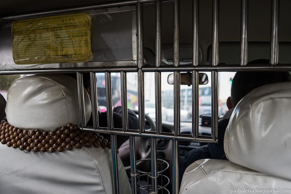 Никаких сил нет ехать на общественном транспорте, поэтому поймали такси.