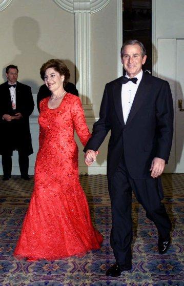 2001 год. Этот вышитый кристаллами кружевной наряд для Лоры Буш сшил ее земляк — уроженец Техаса Май