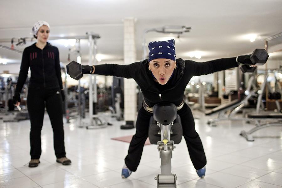 6. Девушки в тренажерном зале, где тренируются исключительно женщины.