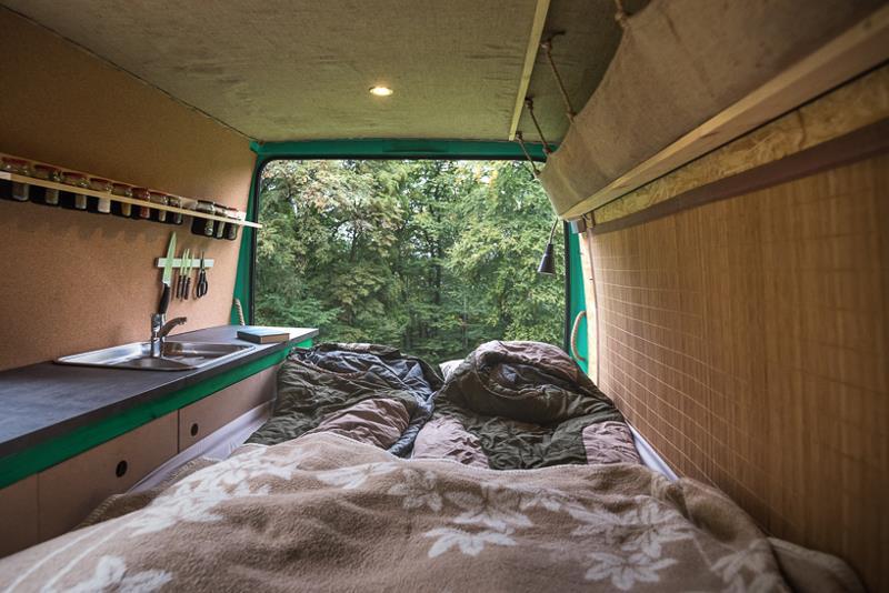 Диван выполняет функцию двуспальной кровати. Под ним находится электрическая система и место для хра