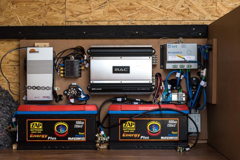 Она включает в себя две аккумуляторные батареи общей емкостью 200 ампер-час и небольшой инвертор на