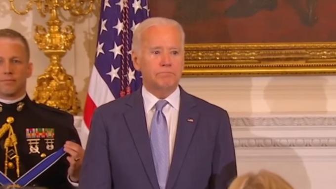 Два раза расплакавшийся Джо Байден стал поводом для шуток в социальных сетях