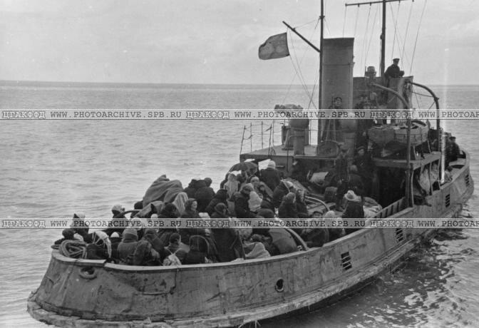 Буксирный пароход с эвакуируемыми уходит в рейс. 1942 г.