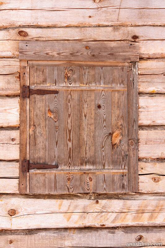 Закрытое ставнем окно
