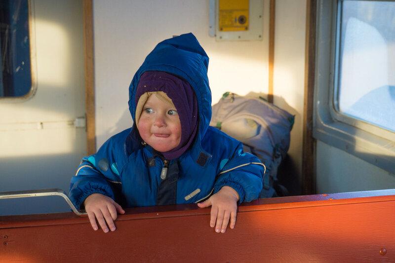 ребенок едет домой из похода зимой на электричке