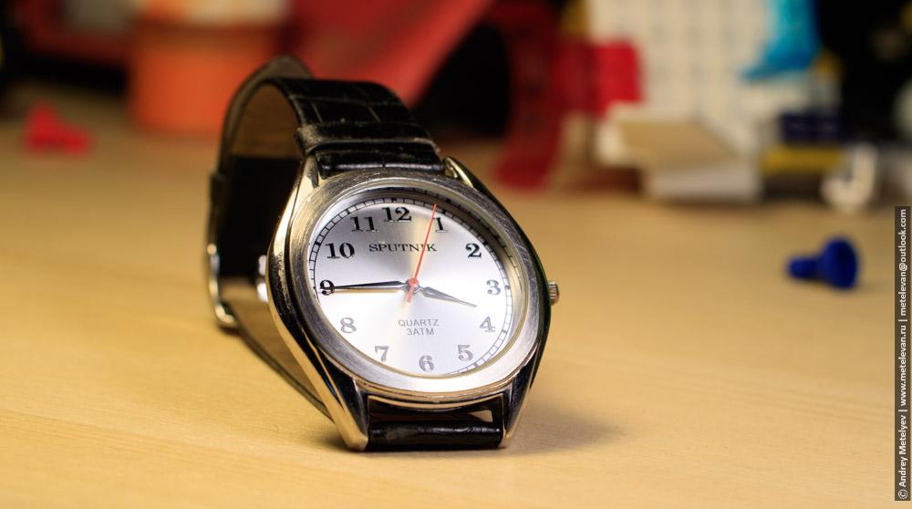 наручные часы на столе