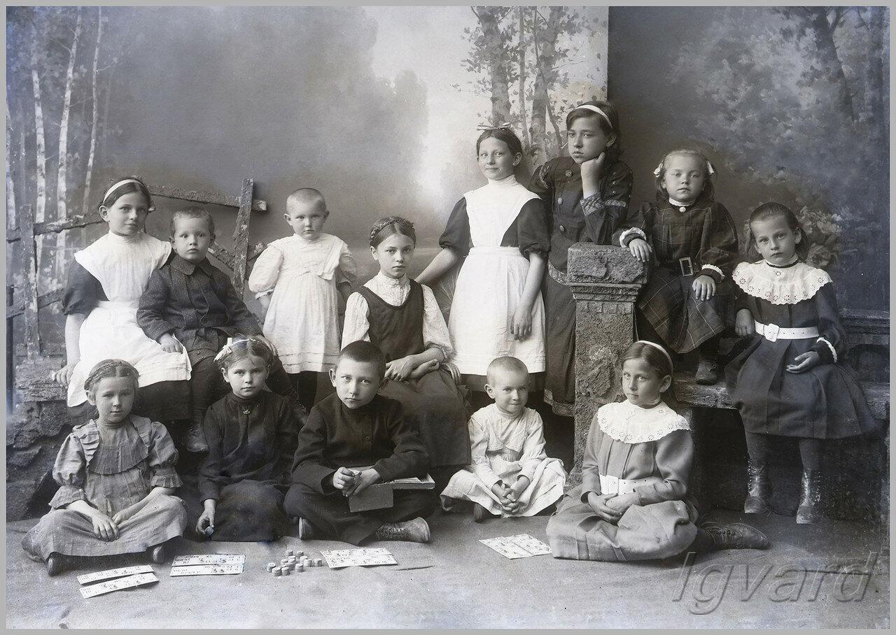 Дочь А.В. Барышникова – Зоя (в нижнем ряду, крайняя слева), его старшая дочь Анна (в верхнем ряду, четвертая слева). 1912