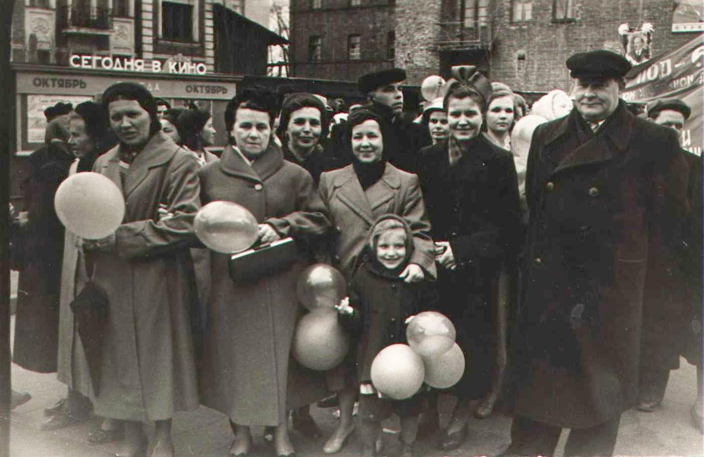 1960-е. Работники НОД-6 после демонстрации