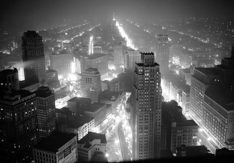 1942. 4 мая. Детройт и промышленные районы вокруг него погружены в полумрак, за исключением уличного освещения и военных заводов, подключаемых на пятнадцать минут во время учений по светомаскировке