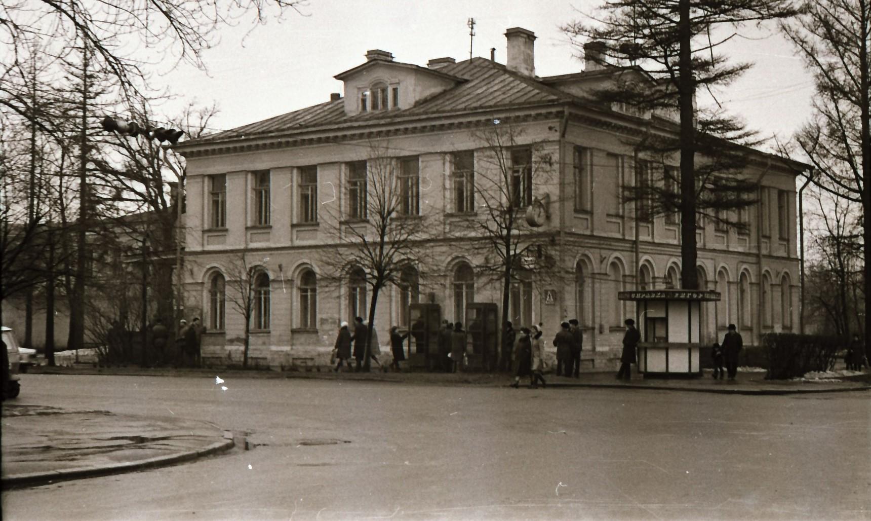 1974. Угол Красного проспекта и улицы Аврова