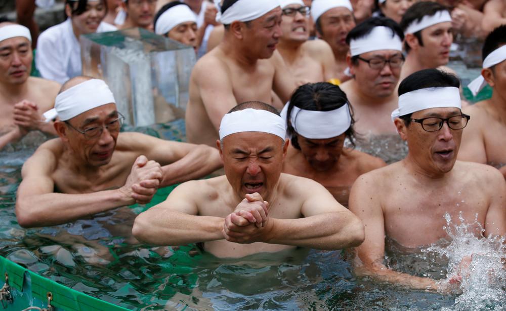 Японцы помолились в холодной воде