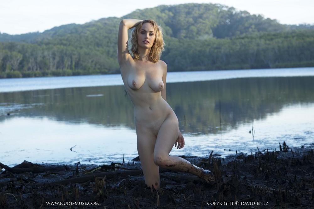 Alexia барахтается в грязи