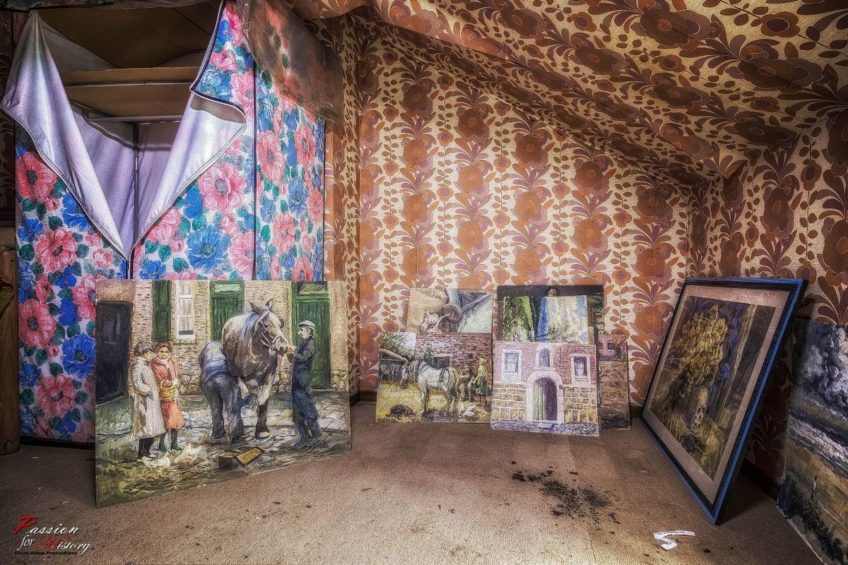 Заброшенный дом забитый предметами искусства