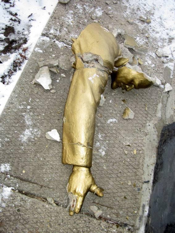 "Конец ""совка"": Ленінопад завершено - в Украине упал последний памятник вождю"