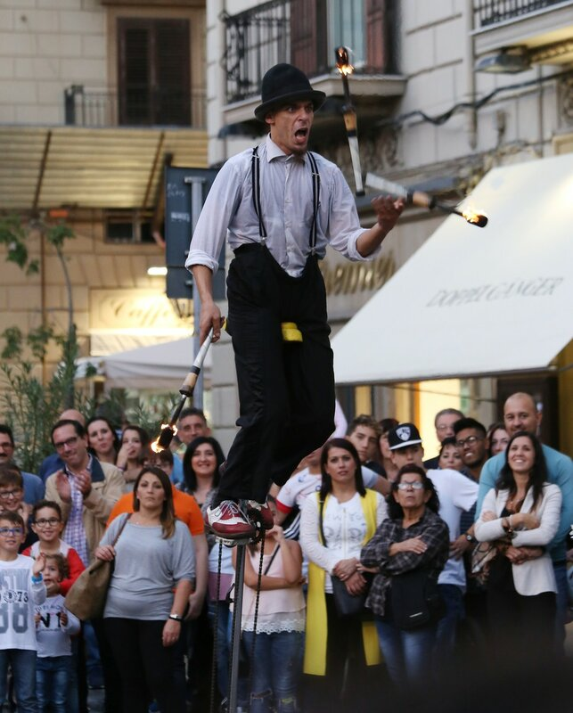 Sunday evening in Palermo. Street balancing act