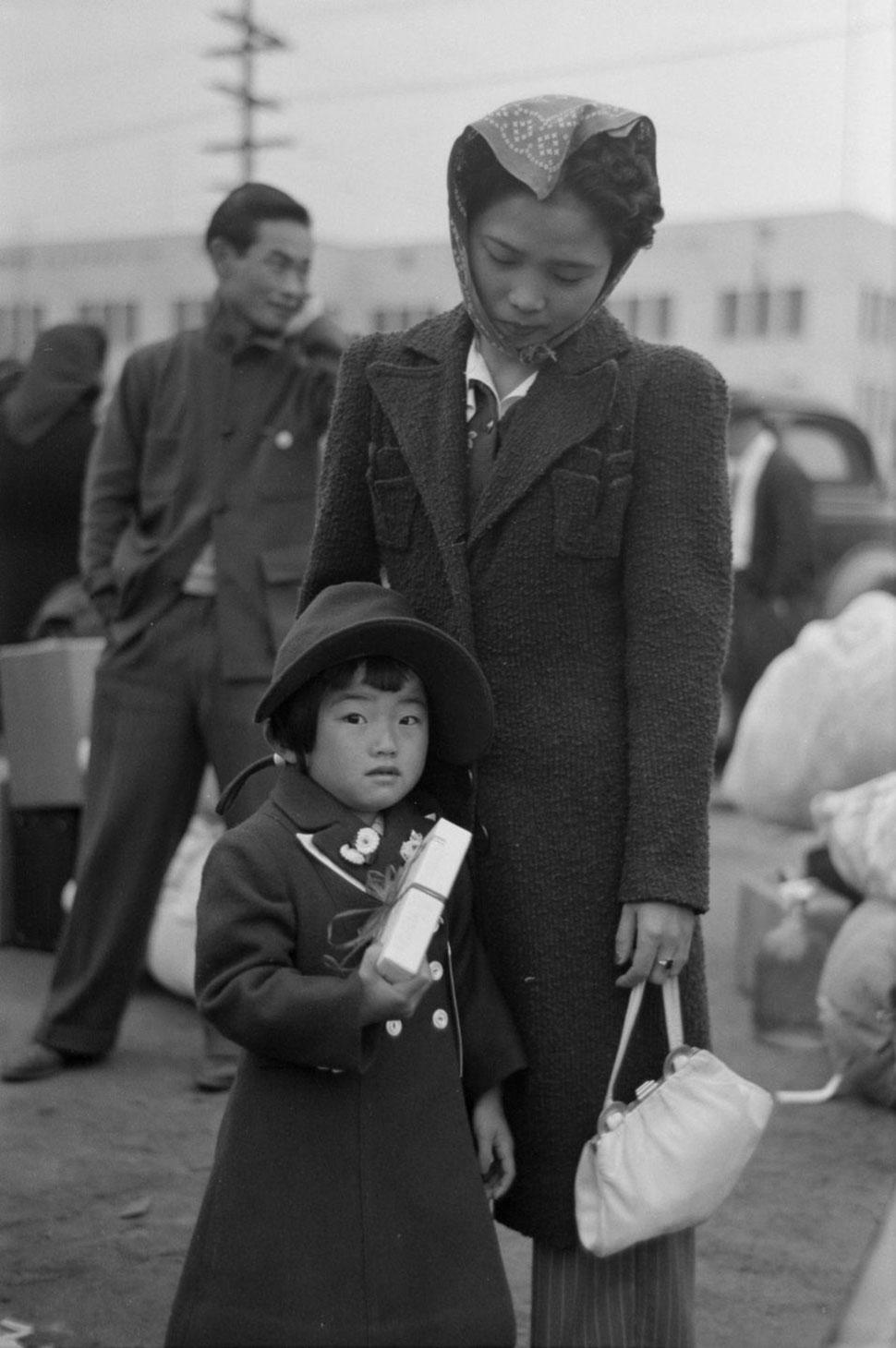 Мать и дочь готовятся к отправке в лагерь на железнодорожной станции в Лос-Анджелесе.