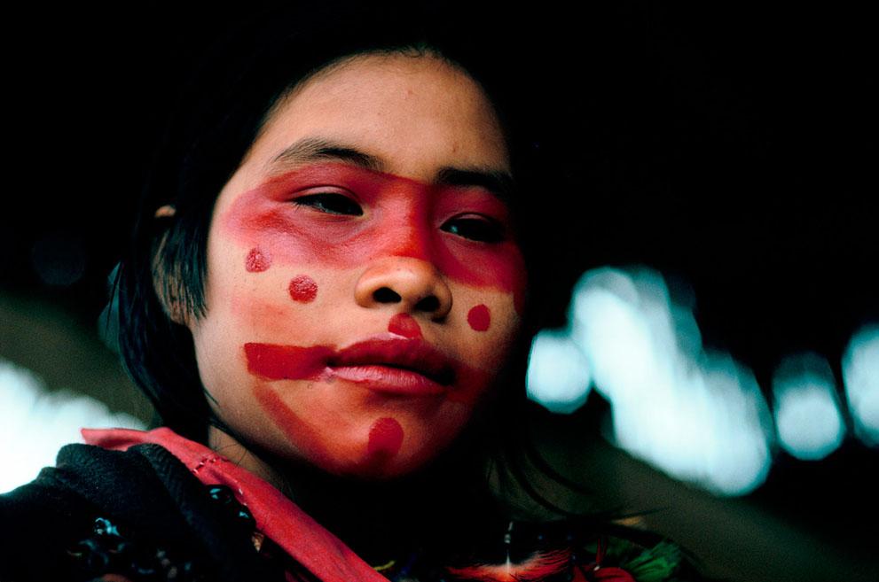 5. Девочка, только что закончившая разрисовывать лицо. (© Mike Goldwater)