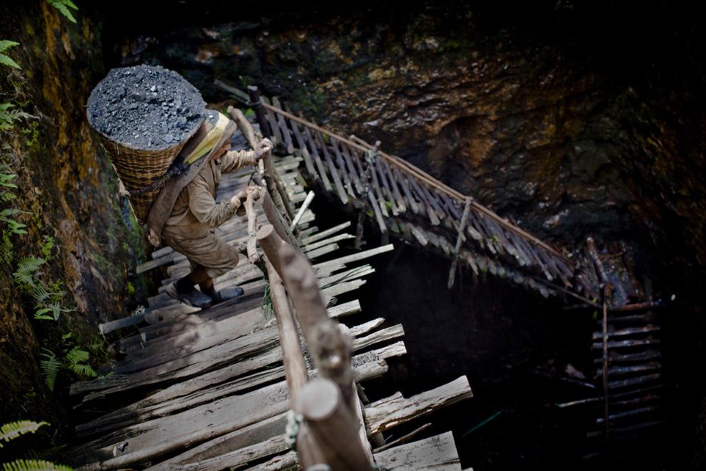 11. …и, дойдя до места из шахты, высыпаем корзину с углем через голову. (Фото Roberto Schmidt |