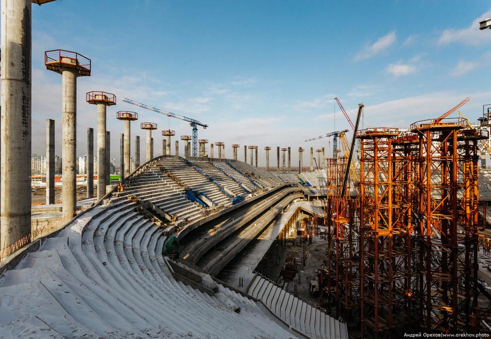 15. Трехгранные колонны. Площадка перед стадионом усыпана металлоконструкциями будущего каркаса
