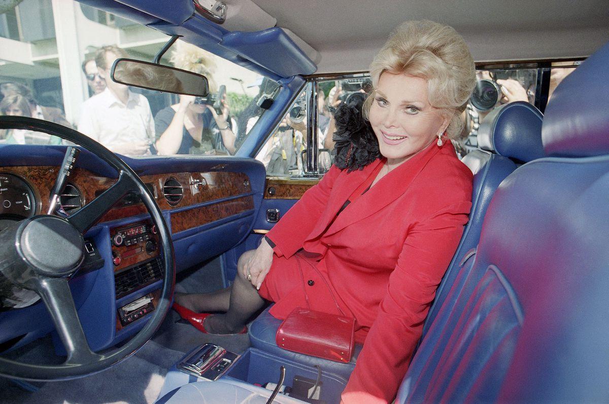 Жа Жа Габор в своем кабриолете Rolls-Royce Corniche в перерыве на обед во время судебного заседания