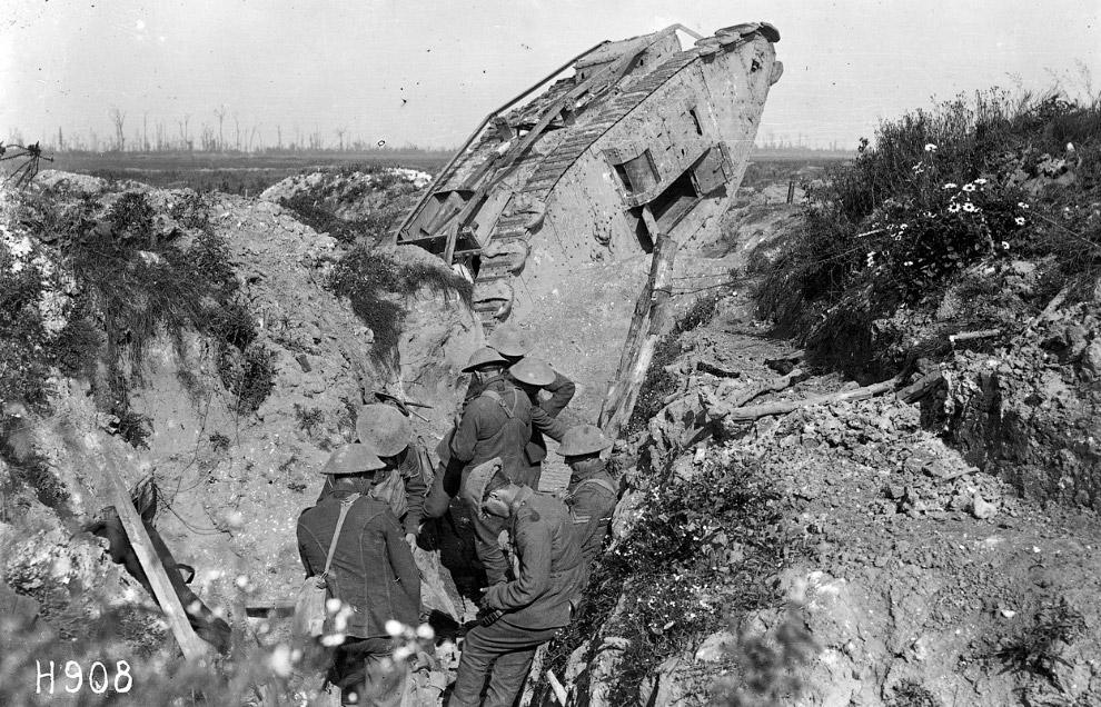 Химическое оружие. Немецкие солдаты готовят к запуску снаряды с газом. (Фото National Archive |
